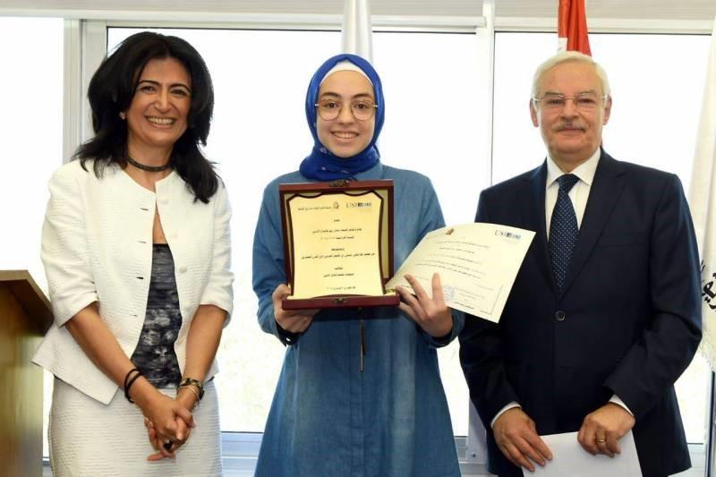 La lauréate Maimona Kamal el-Din entourée par Mme Fadia Alam Gemayel, directrice du Ceuln, et le Dr Saba Kaissar Zreik, président de la Fondation culturelle du poète d'al-Fayha' Saba Zreik.