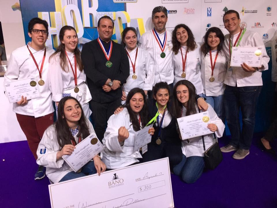 Les étudiants en management hôtelier et arts culinaires de l'IGE remportant la médaille d'or
