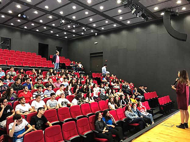 L'équipe du SIO avec les élèves du Lycée Franco-Libanais Verdun lors d'une journée d'orientation au Campus de l'innovation et du sport.