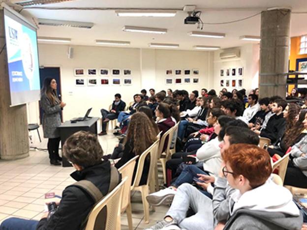 L'équipe du SIO lors d'une rencontre avec les élèves de l'École Notre-Dame de la délivrance des sœurs maronites de la Sainte Famille, Zalka.